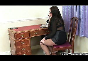 British milf Jessica Fribble gives her mature cunt a treat