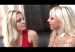 FFM Maman aux gros seins enseigne le sexe anal a une jeune blonde