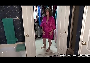American gilf Ava crumbs waiting get under one's stagger masturbating