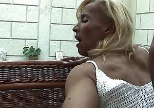 Blonde patriarch melissa q engulfing together with bonking juvenile 10-Pounder